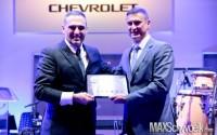 Feres Nabhan, da Metronorte Joinville, recebendo o certificado de Concessionária Nivel A, das mãos de Alexandre Hernandex