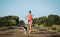 mulher-correndo-cachorro-estrada